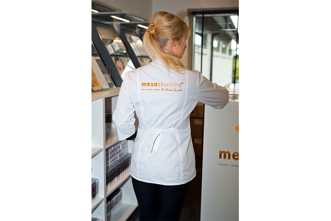 Clinic coat with logo in white and black (S, M, L, XL). Eco textile