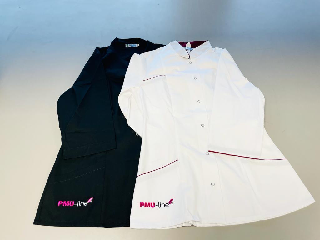 Klinik kittel med logo i hvid og sort (S,M,L,XL). Øko tekstil